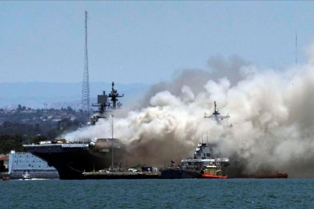 Obvinění ze založení požáru na americké válečné lodi si vyslechl člen posádky