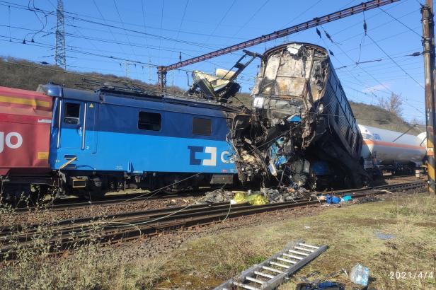 Srážka vlaků na Teplicku způsobila škodu za padesát milionů. Plyn z cisteren se bude přečerpávat několik hodin