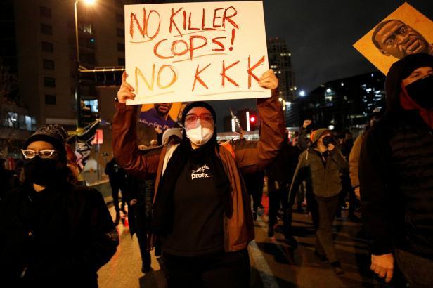 Minneapolis zavádí noční zákaz vycházení, bojí se bouří kvůli smrti Afroameričana