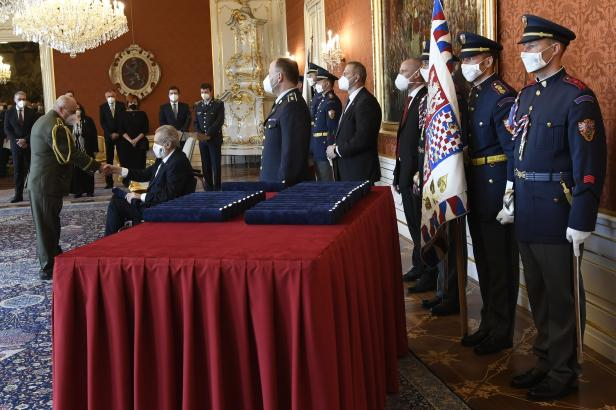 Prezident Zeman jmenoval nové generály, Koudelka z BIS mezi nimi ale nebyl