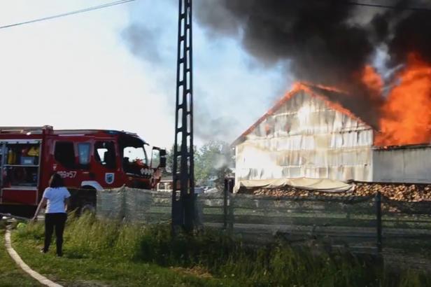 Mohutný požár na jihu Polska zachvátil čtyřicet budov. Devět lidí se zranilo