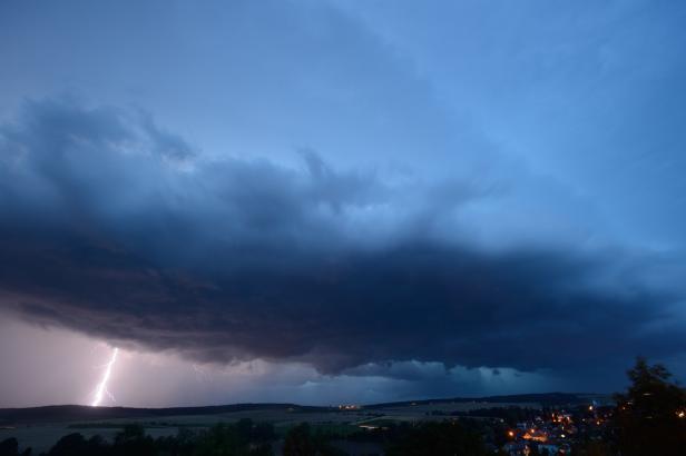 Přijdou silné bouře. Meteorologové varují před přívaly deště, větrem i krupobitím