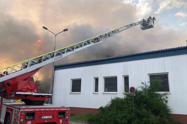 Hasiči budou dohašovat požár haly v Uhříněvsi asi do večera. Příčinu policie vyšetřuje