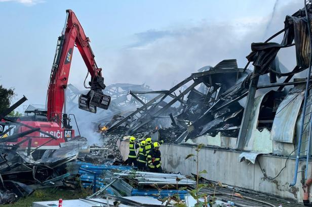 Hasiči po dvou dnech uhasili požár uhříněvské haly. Řeší se možná kontaminace vody