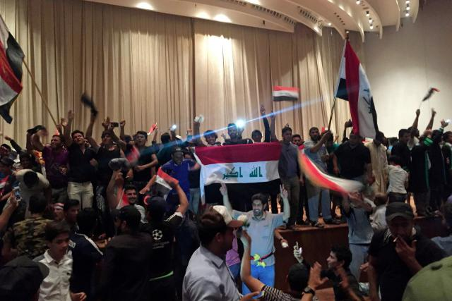 Šíitští demonstranti vtrhli do budovy iráckého parlamentu