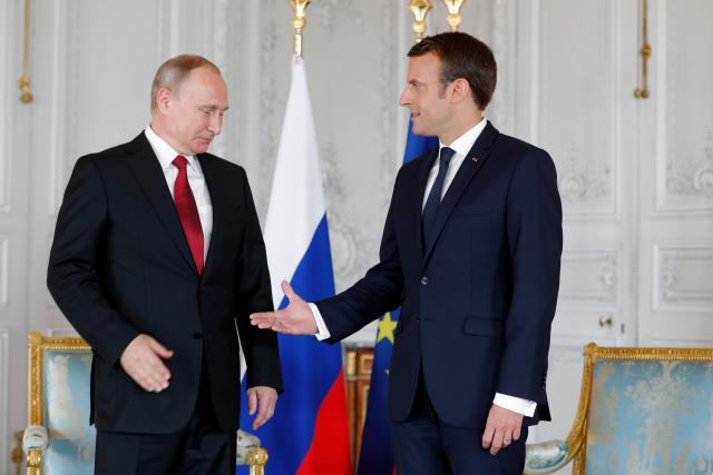 Macron ve Versailles přivítal Putina