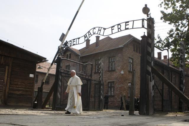 František navštívil nechvalně proslulý táborový komplex Osvětim