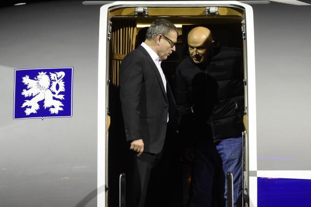 Jašek s ministrem Zaorálkem vystupují z letadla