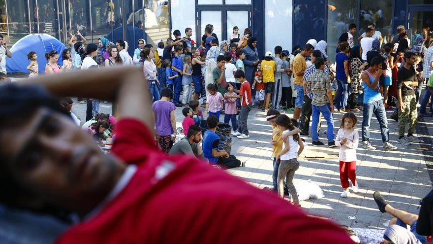 Video Maďaři odvezli stovky běženců z Budapešti k záchytnému táboru
