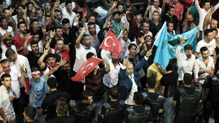 Video Turečtí nacionalisté zdemolovali sídlo prokurdké strany