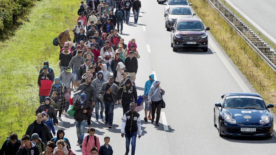 Video Skandinávské země zpřísňují kontroly kvůli běžencům