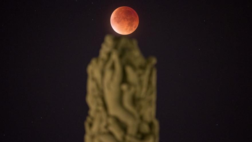 Video Do hvězdárny v Ondřejově přišly sledovat superměsíc desítky lidí