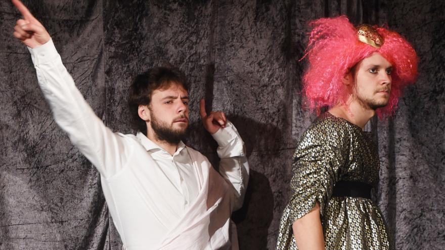 Video Nahatý Shakespeare hraje v kabaretu