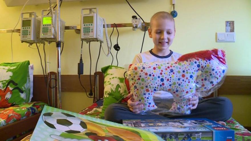 Video Češka trpící rakovinou pomáhá malému ukrajinskému chlapci se stejnou diagnózou