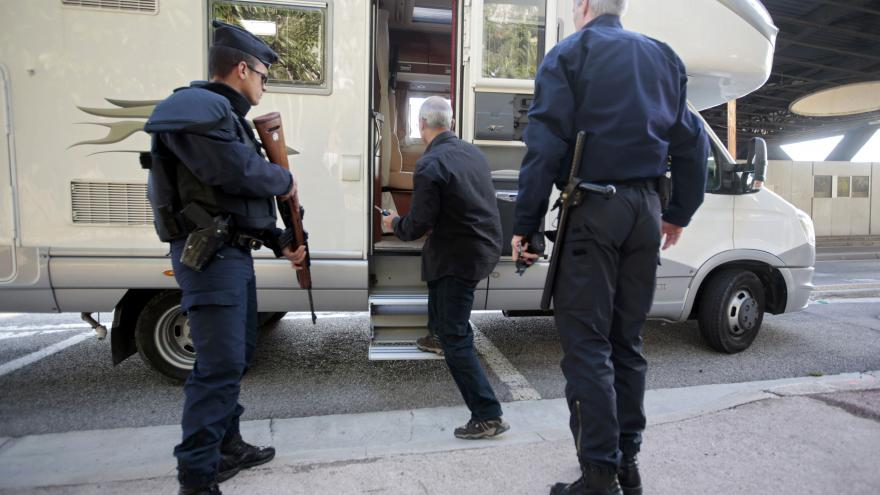 Video Vyšetřování pařížských útoků: Francie hledá dva podezřelé