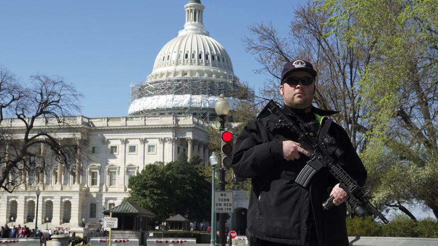 Video V americkém Kapitolu vytáhl muž pistoli na policistu