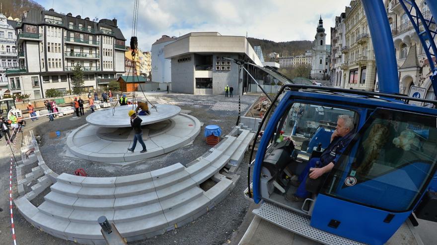 Video Bez komentáře: Osazení betonové mísy pro nový vývěr Vřídla