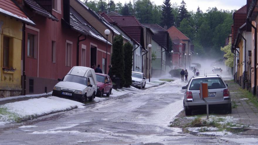 Video Reportáž: Bouřky Česko zasypaly závějí krup