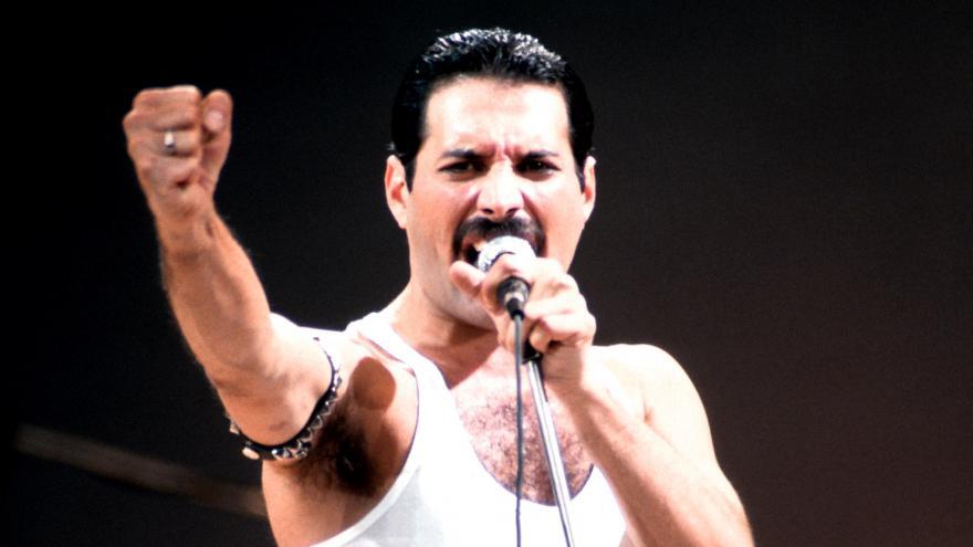 Show pokračuje. Film o Freddiem Mercurym pokropil českou Queenománii ... 57ced15bce8