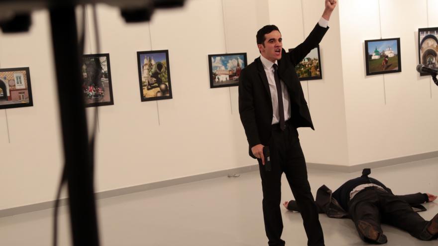 Video Ruský velvyslanec v Turecku byl zastřelen