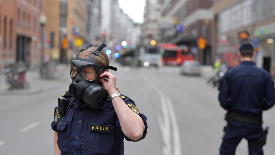 Video Ve Stockholmu vjel automobil do lidí