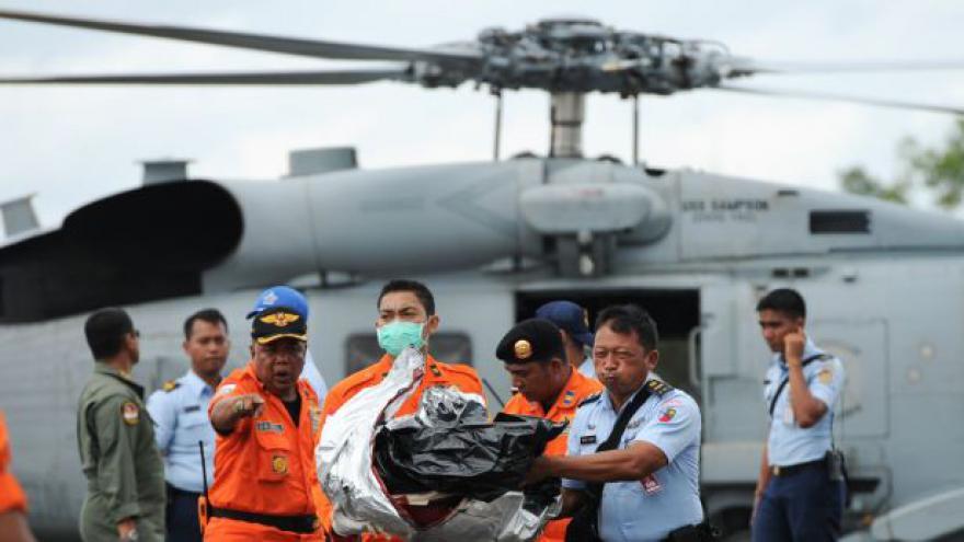 Video Pátrací týmy nalezly další oběti z indonéského airbusu