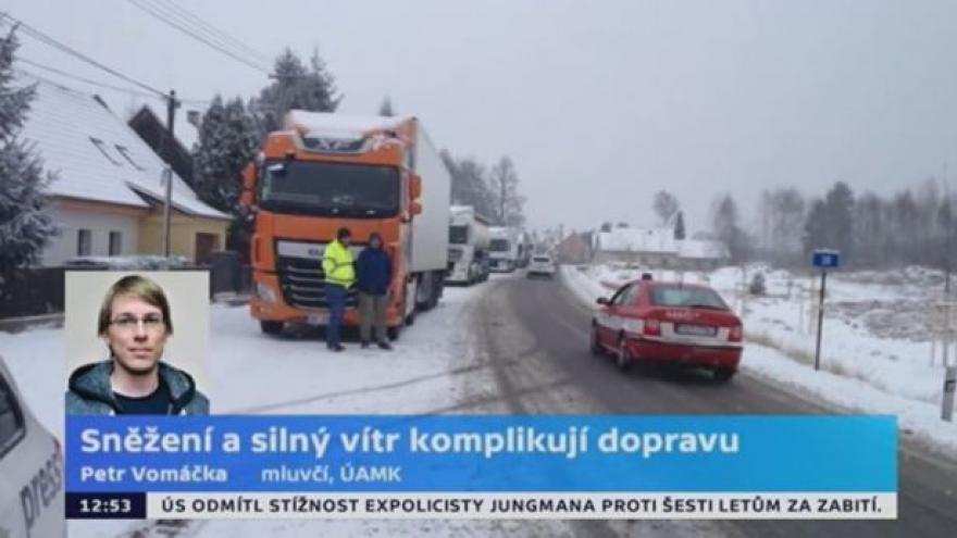 Video Sněžení a silný vítr komplikují dopravu