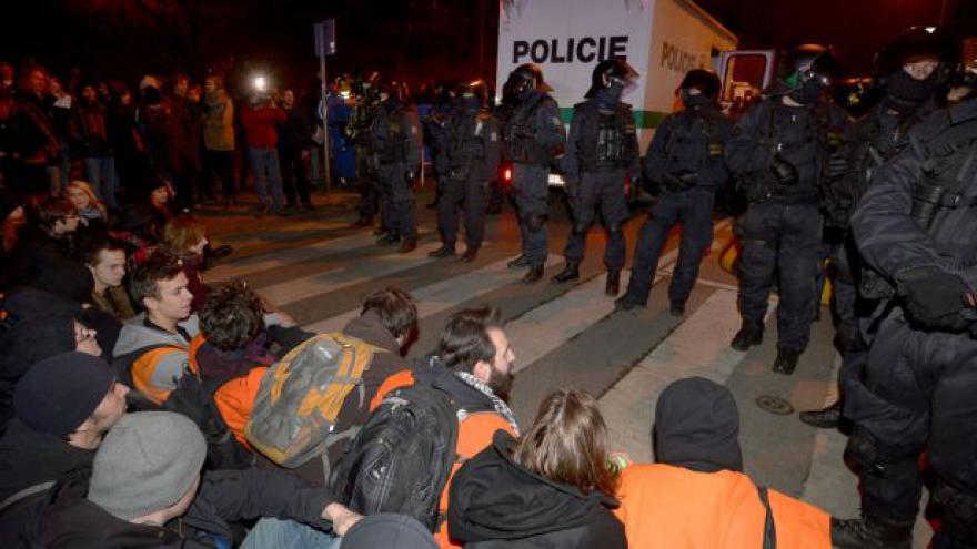 Video Žižkov: Policejní zásah proti aktivistům ve squatu Klinika