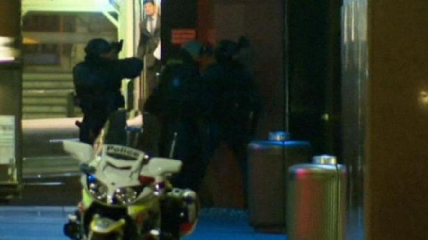 Video Drama v Sydney bez komentáře: Výbuchy a střelba, dosud nezveřejněné záběry