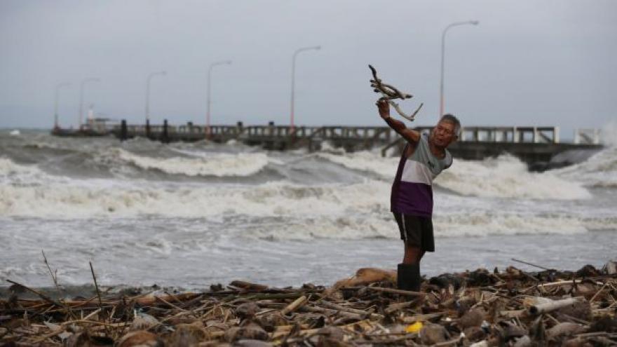 Video K Filipínám dorazil tajfun Hagupit, uteklo před ním víc než milion lidí