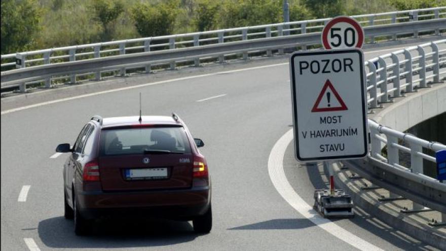 Video Zátěžové zkoušky na poškozených dálničních mostech  v Ostravě