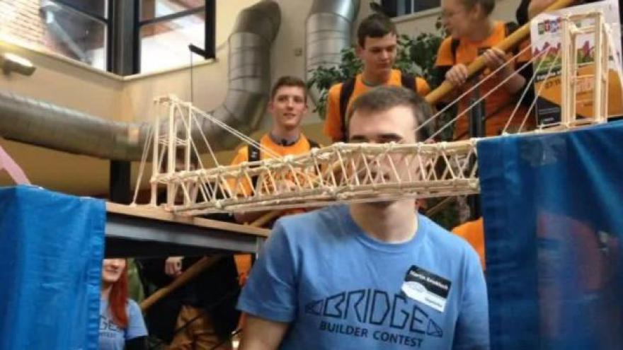 Video NO COMMENT: Klání ve stavění mostů ze špejlí