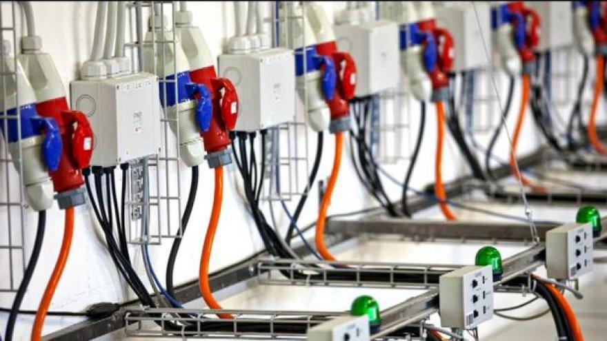 Video Příští rok ušetříme za elektřinu řádově stovky. Plyn mírně podraží