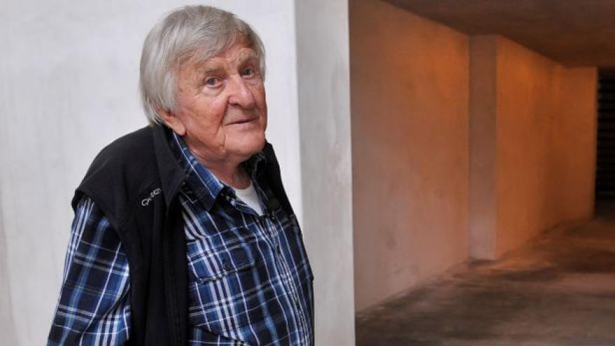 Video Mistr Franta v Třebíči dohlíží na instalaci své sbírky