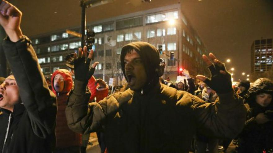 Video Události: Emoce a násilí v ulicích Fergusonu