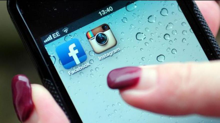 Video ÚS se zastal muže, který dostal pokutu za komentáře na Facebooku