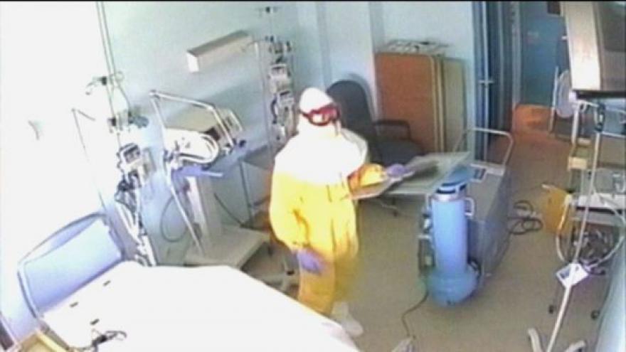 Video Nigérie se s ebolou vyrovnala, Česko zavádí kontroly