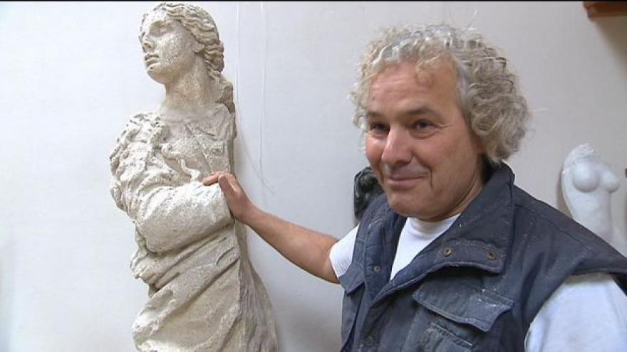 Video Sochař Petr Váňa popisuje sochu z Mariánského sloupu