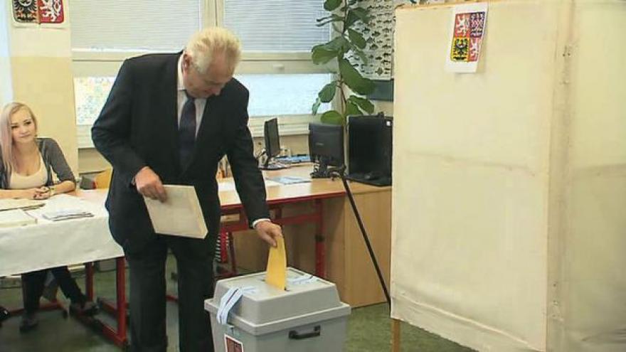 Video Politici přišli volit jako jedni z prvních