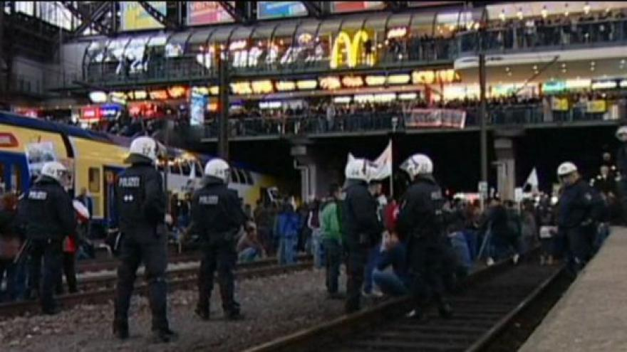 Video NO COMMENT: Protesty Kurdů v Evropě sílí, v noci se demonstrovalo v Hamburku