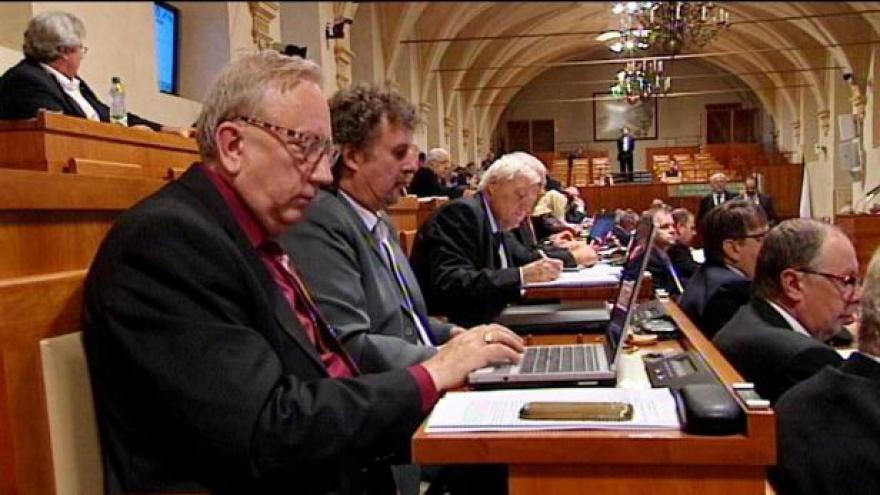 Video Senátoři: Služební zákon není nejlepší, ale potřebujeme ho
