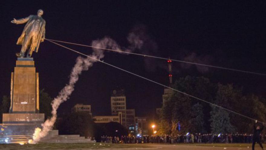 Video Obří socha Lenina jde k zemi