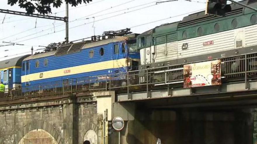 Video Vyprostit druhý vlak se podařilo až v podvečer