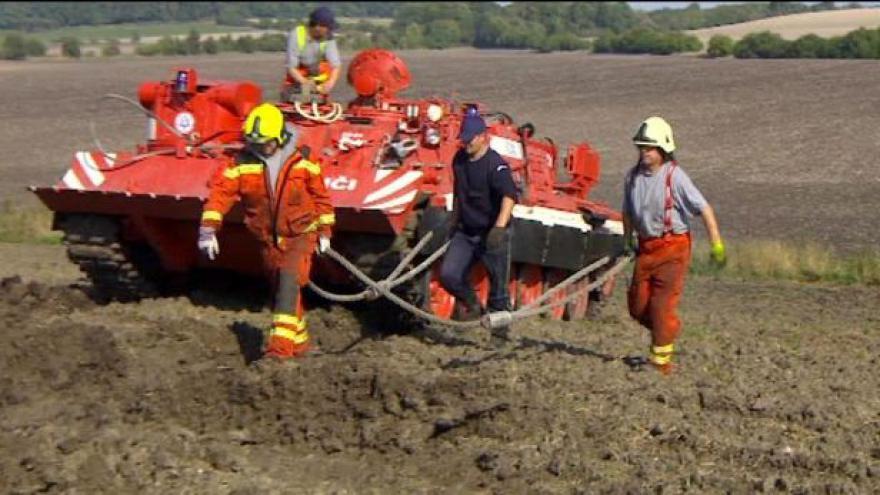 Video Vyprošťovaci tanky se vrhly na vykolejený vlak