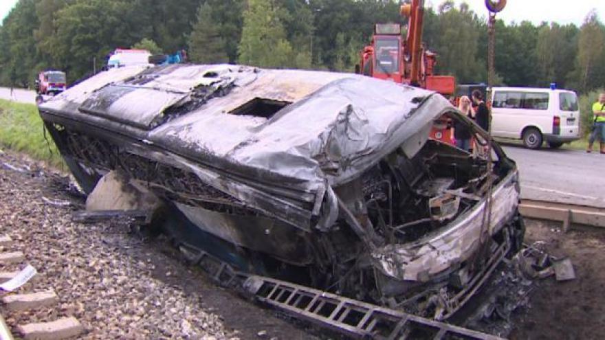 Video Dva lidé nepřežili nehodu autobusu, šest dalších je zraněno