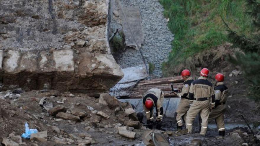 Video Joukl: Most se pravděpodobně zřítil kvůli odbagrování zeminy