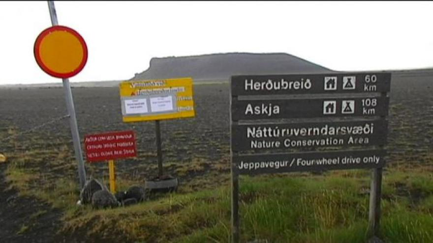 Video Sopka omezila na několik hodin lety nad Islandem