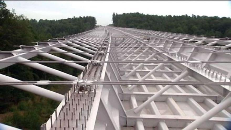 Video Dělníci po měsících propojili mostní konstrukci na silnici do Opavy.