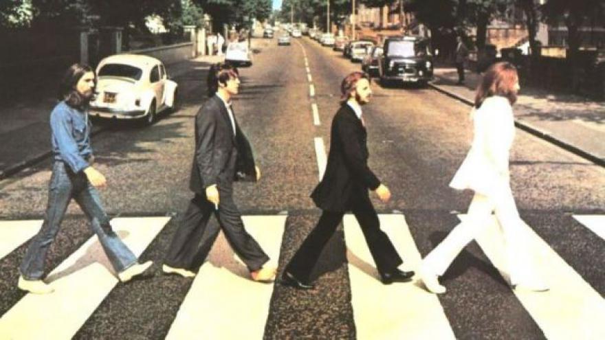 Video Beatles přecházejí přes Abbey Road už 45 roků