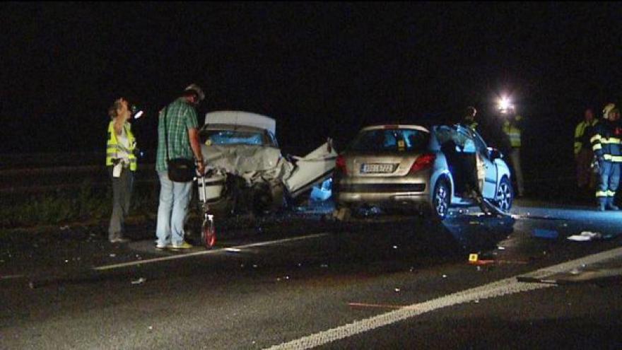 Video Tragická nehoda v noci uzavřela R10 - řidič jel v protisměru